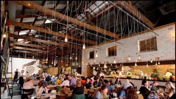 Bread in Common, ce restaurant emblématique de Fremantle est installé dans une salle où l'on sert, outre du bon pain, une nourriture fraîche, locale et créative.