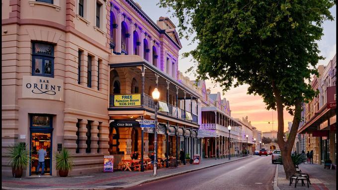 Perth n'est pas une ville commes les autres. La lumière douce et transparente qui la traverse ne laisse pas indifférent.