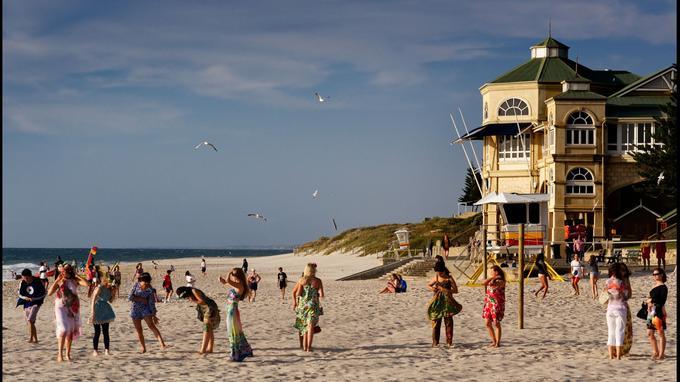 Cottesloe est la plage chic de Perth, un rendez-vous prisé pour admirer le coucher de soleil ou, comme ici, pour célébrer dignement un enterrement de vie de jeune fille!
