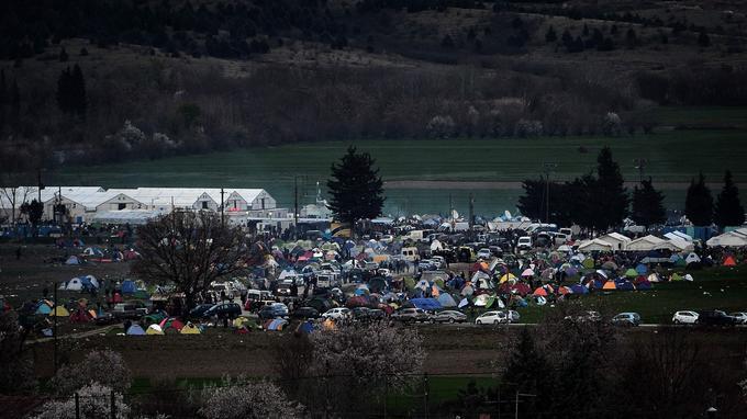 Des dizaines de milliers de migrants demeurent bloqués près du village d'Idomeni en Grèce dans des conditions misérables en raison de restrictions imposées par plusieurs pays des Balkans. Lundi se tient un important sommet entre l'UE et la Turquie visant à régler la crise migratoire.