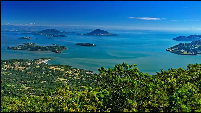 Un camaïeu de bleu et de vert. Le golfe de Fonseca vue du mirador du volcan Conchagua. Un chapelet d'îles honduriennes, nicaraguayennes et salvadoriennes.