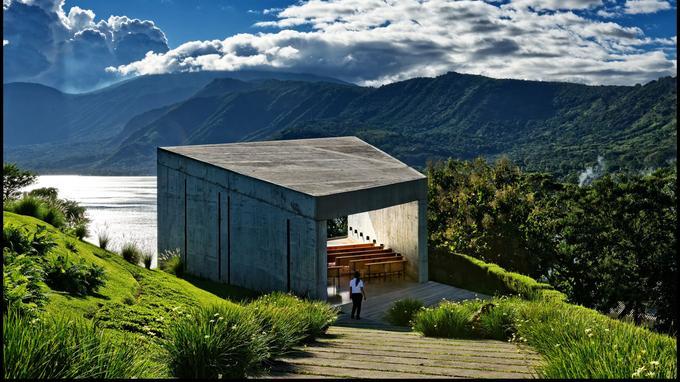 La chapelle en béton surplombant le lac de Coatepeque, un des endroits les plus huppés du pays pour une cérémonie de mariage.