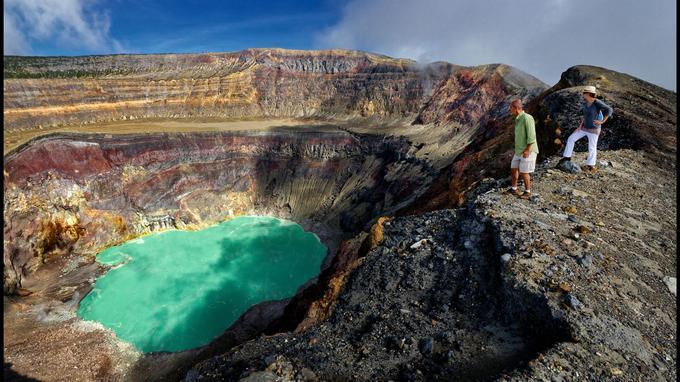 La chaîne des volcans s'étire à perte de vue, ici, la lagune vert jade du cratère Santa Ana.