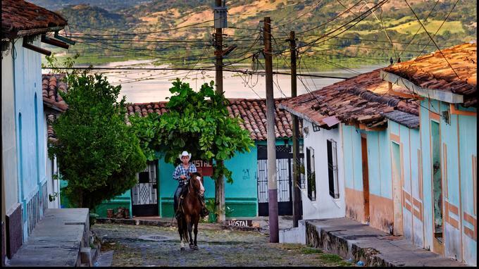 Il n'est pas rare de voir des habitants de Suchitoto se déplacer à cheval.