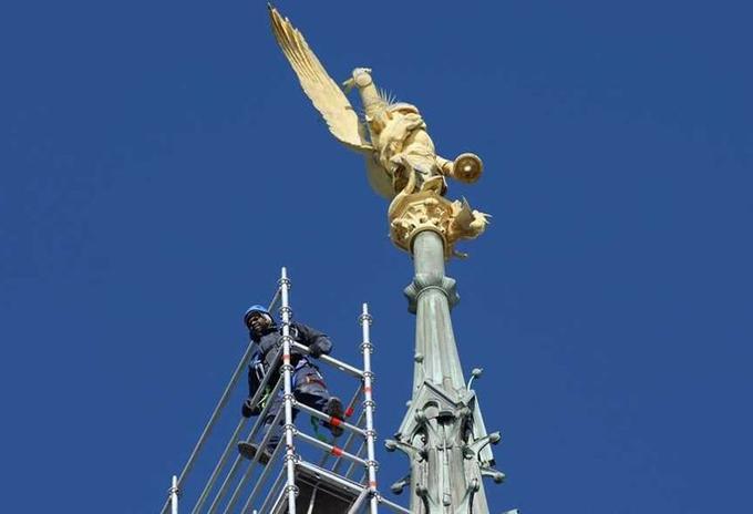 C'est la première fois, depuis sa dernière restauration en 1987, que l'archange de 520 kg qui culmine à 156 m au-dessus de la mer, est décroché.