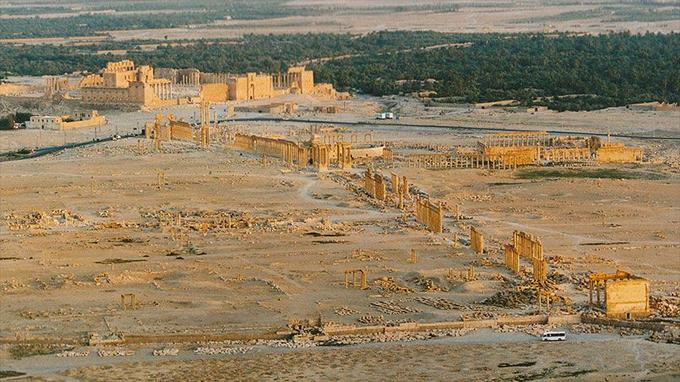 Vue d'ensemble du site antique en octobre 2004. La ville de Palmyre a connu une occupation très ancienne. L'oasis de Tadmor, dont le nom signifie datte en araméen, est devenue une grande cité caravanière - le carrefour par où transitaient les richesses de l'Orient. La grande époque de la ville date de - 47 avant notre ère, avec la venue de la légion romaine. Profitant de la Pax romana la ville prospéra et se développa. Elle déclina dans la deuxième moitié du IIIe siècle de notre ère.