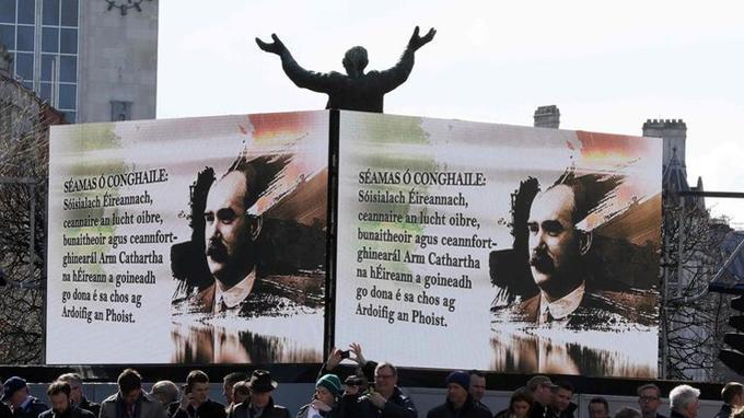 Portraits de James Connolly, chef principal du soulèvement de Pâques 1916, avec des inscriptions en géalique, dans les rues de Dublin, lors du centième anniversaire.