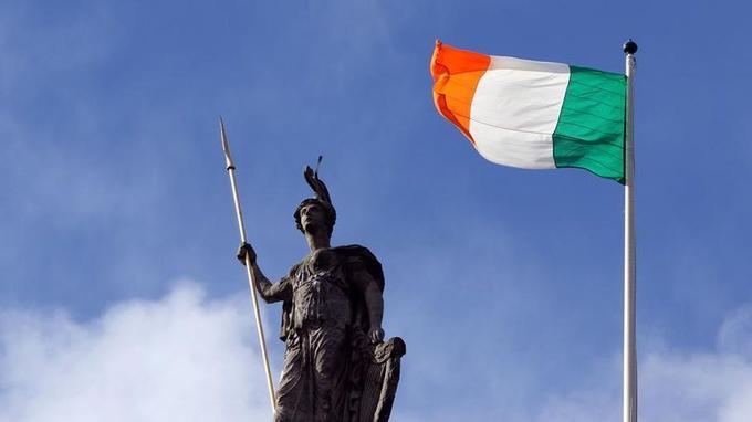 Le drapeau tricolore irlandais, inspiré de l'exemple révolutionnaire français du XIXe siècle, flotte dimanche sur la poste centrale de Dublin, bastion des rebelles lors du soulèvement de Pâques.