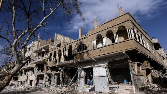 Une vue d'ensemble montre les dommages des bâtiments de la ville.