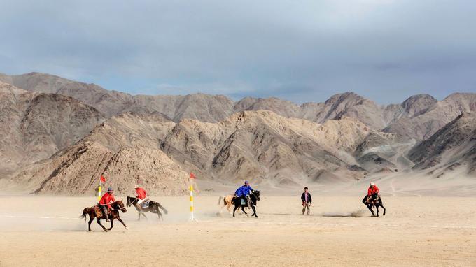 Dans un décor digne des Cavaliers de Kessel, les ladakhis s'adonnent à un de leurs sports favoris: le polo, venu du Pakistan au XVII siècle.