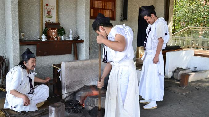 Fujiwara Kanefusa accompagné de ses deux fils, sont la 25e et 26e génération de leur famille à exercer cette profession. (Juliette Hochberg)