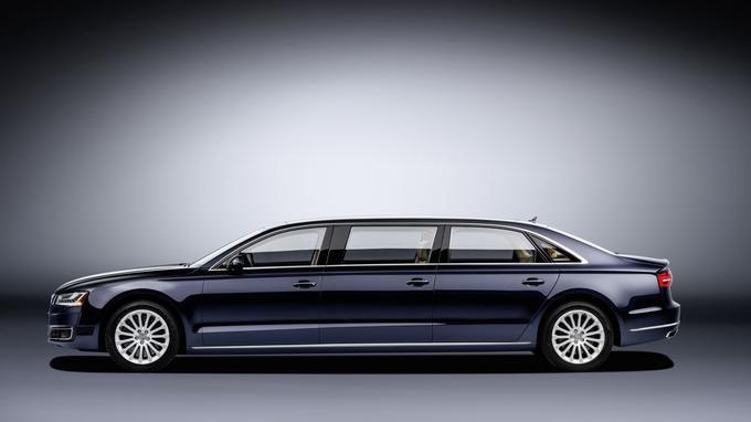 Cette limousine à six portes mesure 6,36 mètres de long et pèse 2.418 kg.