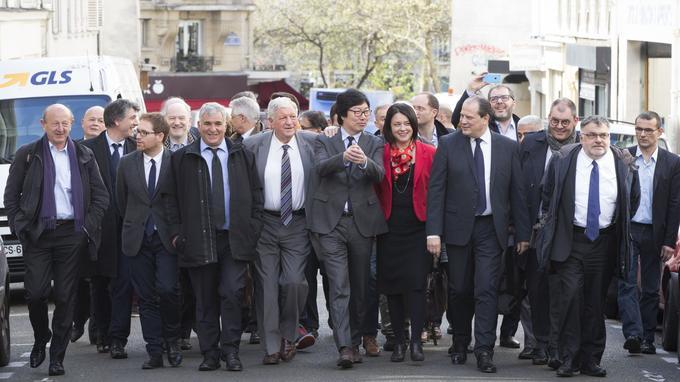 Les principaux responsables politiques signataires de la BAP remontent la rue de la Fontaine-au-Roi à Paris.