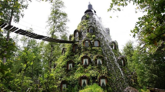 Au cœur de la réserve de la biosphère et patrimoine de l'Humanité Huilo Huilo, un hôtel se cache sous une cascade pour mieux fondre ses hôtes dans la nature. (Crédit photo: presse Montaña Mágica Lodge)