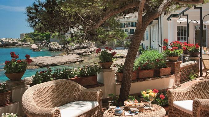 Les pieds dans l'eau, l'hôtel Belmond Villa Sant'Andrea propose des cours de cuisine traditionnelle dispensée par des moines. (Crédit photo: Belmond)