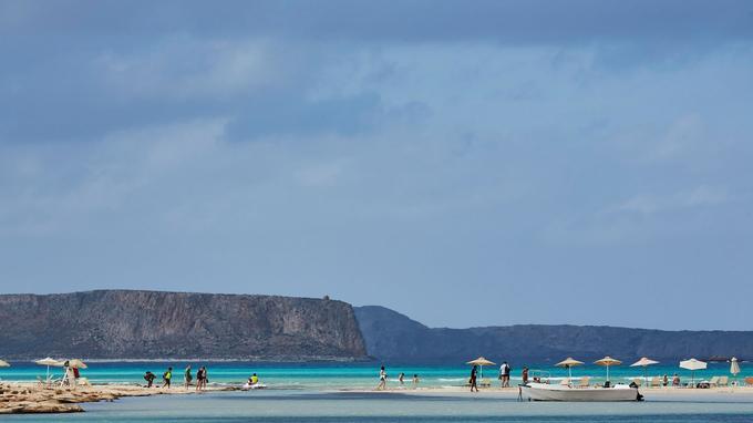 Un cordon de sable, quelques parasols et un camaïeu aux couleurs irréelles: le lagon de Balos a des allures de paradis.