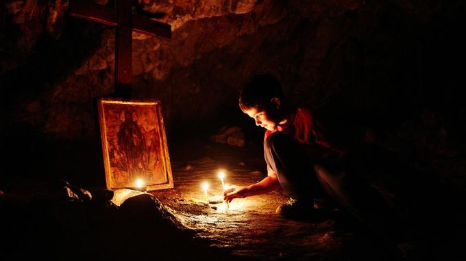 Comme Thésée dans le labyrinthe, il faut faire preuve de courage pour honorer saint Jean l'Ermite au fond de sa grotte.