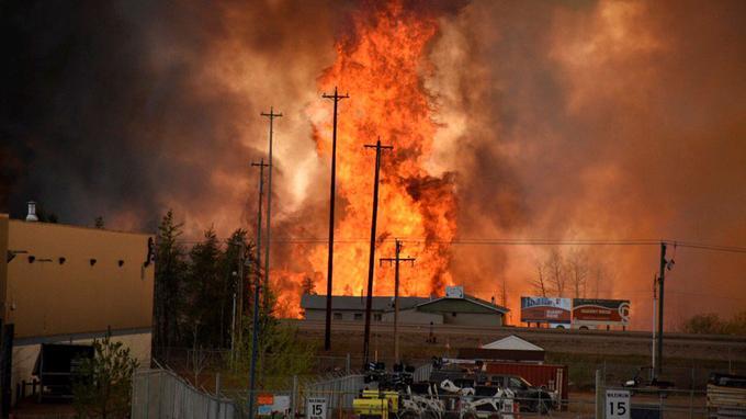 En 48 heures, l'incendie a été poussé par des vents de nord-est de 50 km/h et s'est rapidemment étendu sur la ville en raison de la sécheresse qui affecte en ce moment la province.