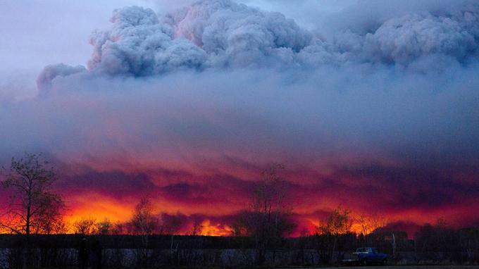 Le feu, qui a pris dimanche au sud-ouest de Fort McMurray, a gagné en intensité, attisé par des vents chauds.