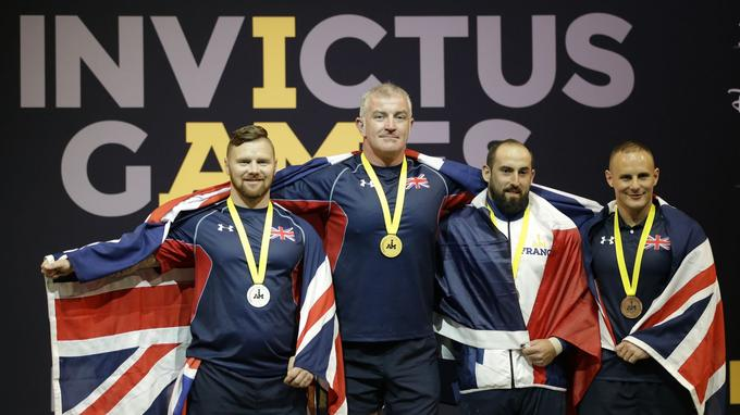 Le caporal-chef Laurent Charlot (deuxième en partant de la droite), blessé en Afghanistan, a reçu la médaille de bronze en force athlétique, le 9 mai.