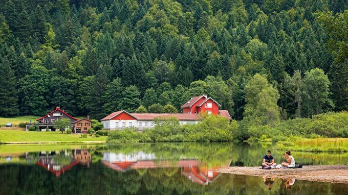 A 20 minutes de Gerardmer, le petit lac privé de Retournemer est lui, interdit à la baignade. Un écrin bucolique à souhait propice à la promenade et au pique-nique.
