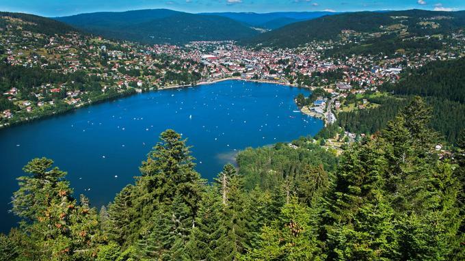 Un sentier à travers bois permet d'accéder au belvèdère de la tête de Mérelle et d'admirer, du haut de sa tour, le panorama sur Gerardmer et son lac.