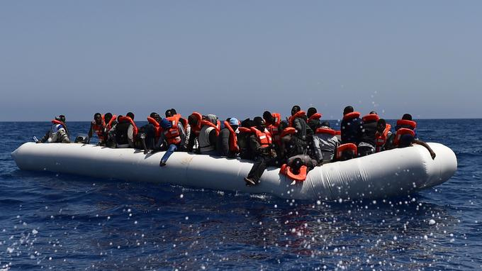 La plupart des embarcations de fortune sont des gros boudins blancs, surchargés, comme ici le 24 mai dernier.