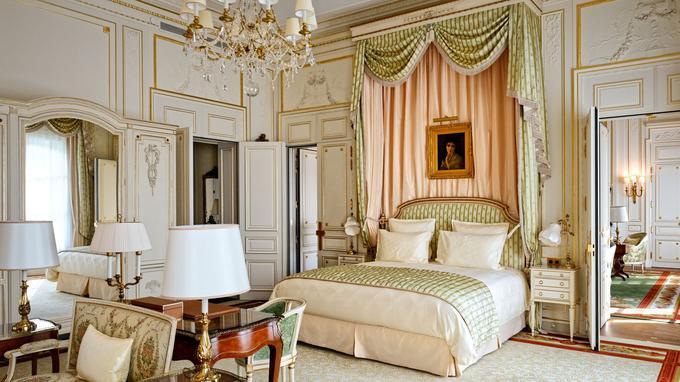 L'alchimie particulière du Ritz, un mélange de tissus rares réédités spécialement, de mobilier de style et de boiseries classées… Ici, la suite Vendôme ou règne le chic absolu du grand goût français.