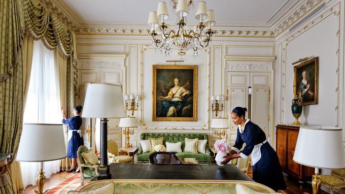 Dans une suite du Ritz s'activent les femmes de chambre que des clients fidèles retrouvent d'un séjour à l'autre depuis des années.