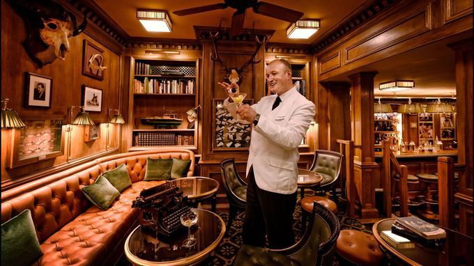 Le bar Hemingway et la machine à écrire de l'écrivain américain. Il adorait l'endroit dont il parlait comme d'un «paradis», ici présenté par le chef barman Colin Peter Field.