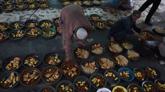 Un Pakistanais préparant le repas de rupture de jeûne, l'Iftar, à Karachi le 1er juillet 2015.