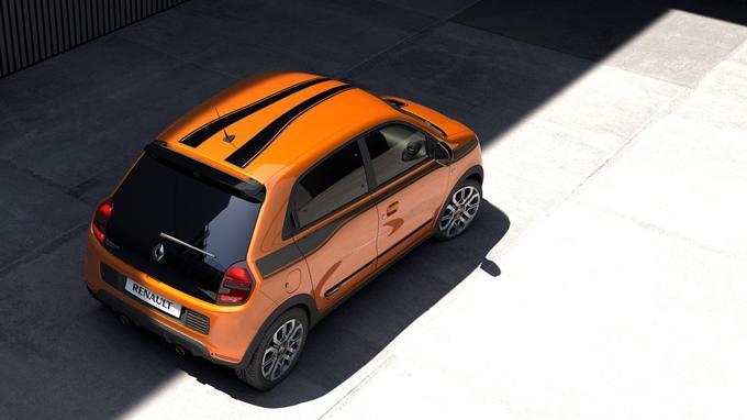 La Twingo GT est révélée avec une teinte exclusive, orange piment à bandes noires.