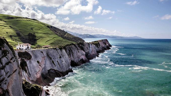 A Zumaia, un sentier mène à la chapelle San Telmo. Surplombant la plage d'Itzurun, le panorama sur les falaises y est saisissant.