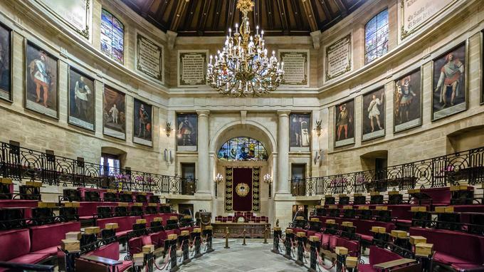 L'hémicycle de la Casa de Juntas, à Guernica, est orné des portraits des rois de Navarre.