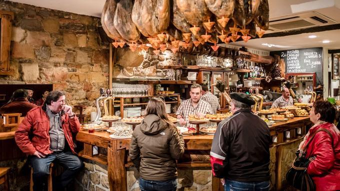 Les pintxos sont la version basque des bars à tapas espagnols. Ici, le Karrika Taberna à San Sebastián.