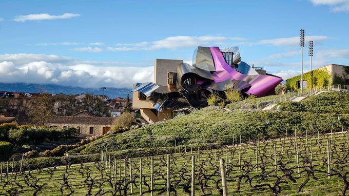 Elciego, l'hôtel Marques de Riscal a été posé comme un ovni au milieu du vignoble par Frank O. Gehry.