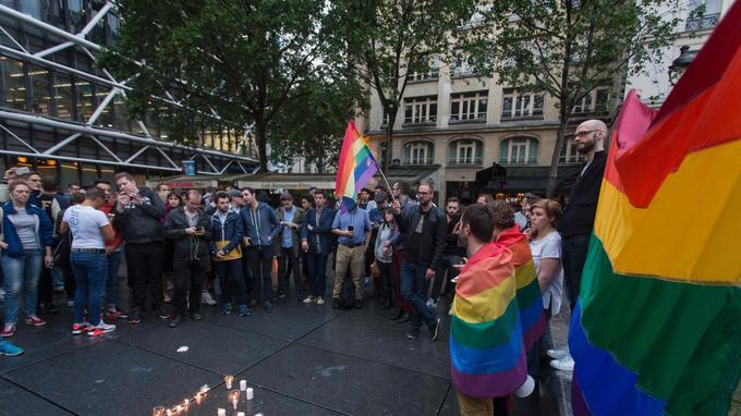 Une cinquantaine de personnes se sont rassemblées dimanche soir près du musée Beaubourg à Paris.