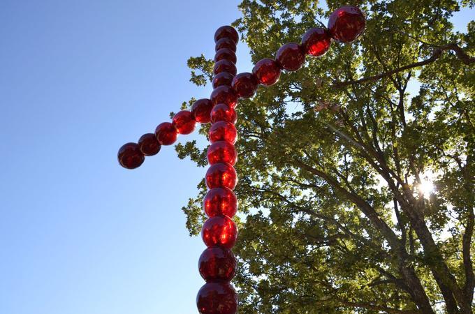 La croix en perles rouges, 2007-2008, de l'artiste français Jean-Michel Othoniel, celui-là même qui a posé son kiosque Place Colette devant la Comédie française. Photo © Jean-Michel Othoniel 2015 photograph (c) Andrew Pattman
