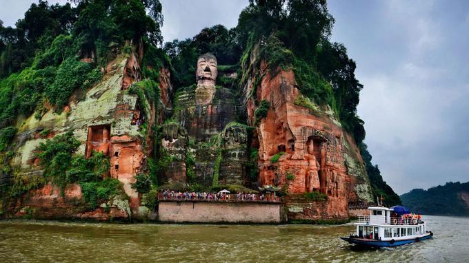 A la croisée des rivières, le grand bouddha de Leshan est le plus haut du monde. Un moine fit don de ses yeux il y a 1300 ans, pour que soit taillée dans la falaise cette divinité haute comme un immeuble de 22 étages.