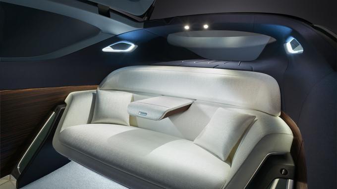 Ambiance cosy à bord de la Rolls Royce Vision Next 100: le canapé en rotonde peut accueillir au moins deux personnes.