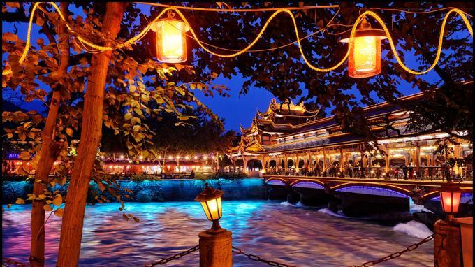 Le South Bridge de Dujiangyan surplombe la vénérable rivière Min Jiang. Domptée depuis plus de 2200 ans, elle fit, en irriguant la plaine, la richesse de Chengdu.