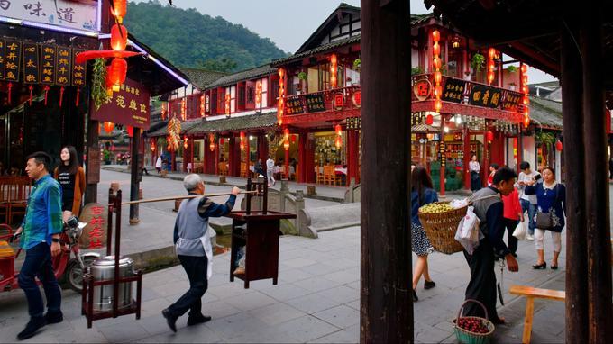 Jiezi, dans cette ancienne ville, il fait bon flâner et s'asseoir, lorsque la faim se fait sentir, dans l'un de ses innombrables restaurants.