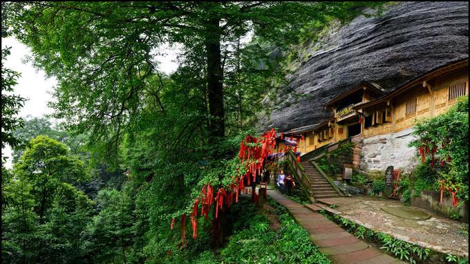 La montagne Qing Cheng abrite plusieurs temples rupestres: ici, l'entrée de celui du Soleil levant (Chaoyang Dong),