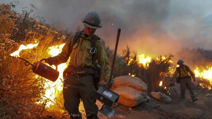La chaleur complique de plus en plus le travail des pompiers. (AFP)