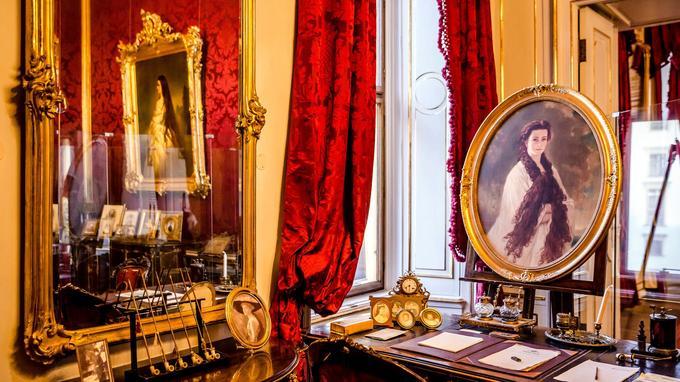 Au centre de Vienne, la Hofburg, ancienne résidence des Habsbourg, se compose de plusieurs ailes dont la construction s'étale du XIIIe siècle au début du XXe siècle. Ici, le bureau de l'impératrice Elisabeth, dite Sissi, l'épouse de François-Joseph, assassinée en 1898.