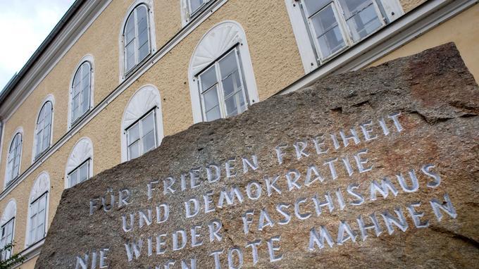 La dalle de pierre située devant la maison d'Adolph Hitler. On peut y lire: «Pour la paix, la liberté et la démocratie. Plus jamais de fascisme: des millions de morts nous le rappellent»