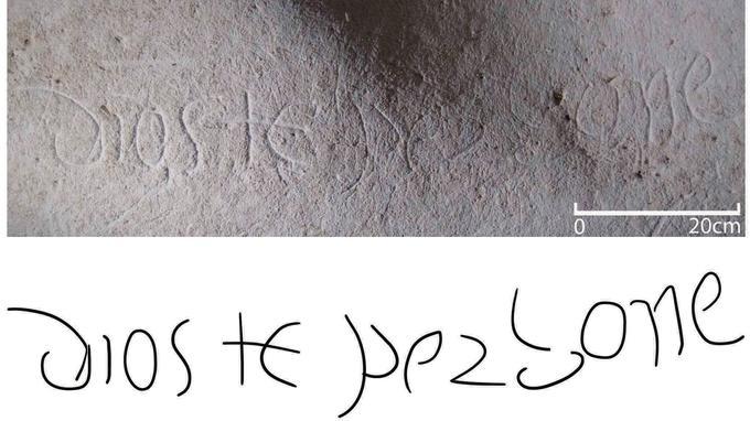 L'inscription «Dieu te pardonne» au mur et sa transcription.