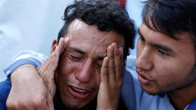 Un homme pleure devant l'hôpital à Kaboul, après un attentat suicide revendiqué par Daech en Afghanistan.