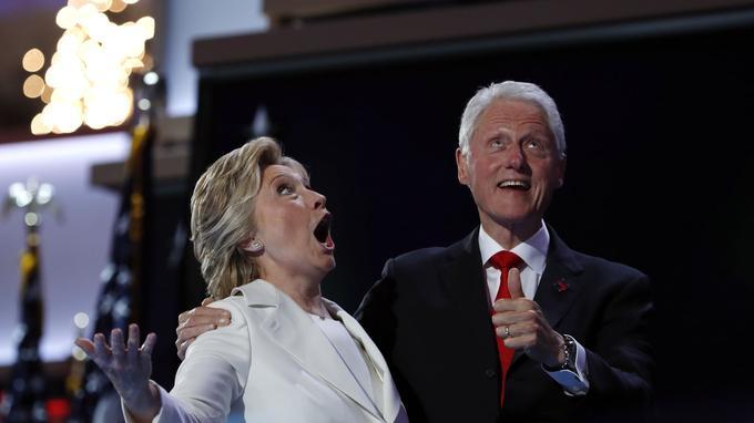 Hillary et Bill Clinton contemplent la chute des ballons de baudruche, jeudi soir à Philadelphie.