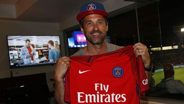 Patrick Dempsey, avec un mailot et une casquette du PSG.